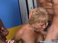 Mature woman in blowbang