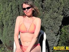 Brunette mature doing her daily masturbation in the garden